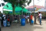 4461 Thai border queue.jpg