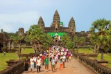 4353 Angkor Wat and tourists.jpg