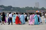 Women in traditional Korean dress visiting umsusan Memorial Palace