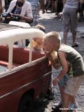 Het kleinste taxibusje ooit - bewonderende blikken van de kenners