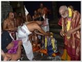 HH Sri Thirumalai periya kelvi appan swamy receiving parthasarathi perumal mariyadai.jpg