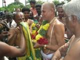 22-srirangam maniyakkarar swami being honored by azhvar.jpg