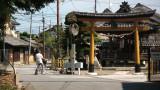 Stopping beside Kōfuku Inari-jinja