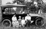 1910 - Family with touring car