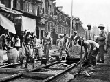 1907 - Laying streetcar trolley rails on Nanjing Road