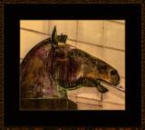 362 = Hestehode på pyrademideliknende sokkel av Wenche Gulbransen = 529A3941.jpg