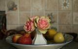 Stilleben i köket med rosor och äpplen