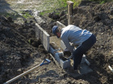 Préparation du couvercle de drain pour l'entretien.