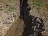 Terre sablonneuse pour protéger le drain...