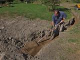 S'assurer de la bonne épaisseur de recouvrement et arroser pour bien compacter avant d'enterrer le tout.
