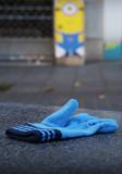 Minion mirando guante azul