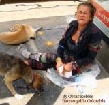 Muchos Años con la misma ropa y muchos mas en las calles de Barranquilla pero aun tiene buen corazon para compartir , las sobras