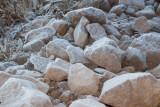 Rocas con hielo y escarcha al amanecer