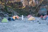 Zona de campamento con escarcha. El monolito blanco señala la frontera