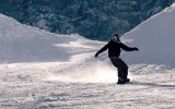 Snowboarder preparing a jump in the Snowpark