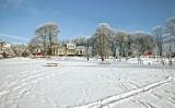 Kistagårdsparken under ett täcke bländande vit snö i blek januarisol