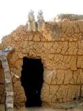 Statues des ancêtres sur le toit du devin et guérisseur Sib Tadjalté (peuple Lobi) à Kerkera, Burkina Faso