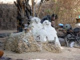 Statues des ancêtres dans la cour d´une famille Lobi  à Kampti, Burkina Faso