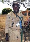 Chasseur (peuple Turka) portant des grigris qui le protègent. Burkina Faso