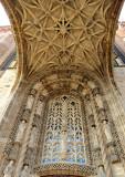 Sous le portique gothique flamboyant