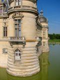 Le château de Chantilly et ses douves