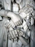 les mains de la statue