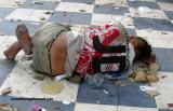Sumergida en sus propios orines ,basuras y olvido  se muere esta mujer en las esquinas de Barranquilla