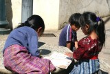 Niños Haciendo sus Tareas Escolares en el Parque