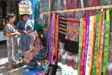 Venta de Ropa Tipica en el Mercado Dominical
