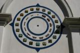 Detalle del Reloj Maya en la Fachada de la Iglesia