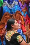 Vendedora de Ropa Tipica en el Mercado Local