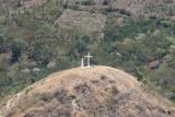 Cruz y Virgen en la Cuspide del Cerro Cercano a la Cabecera
