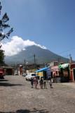 Calle y al Fondo el Volcan de Agua