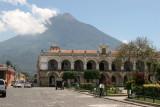 Palacio de los Capitanes, al Fondo Volcan de Agua