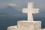 Cruz Frente a la Iglesia Catolica (volcan San Pedro al fondo)