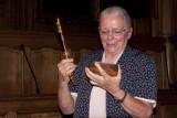 Zr Jeanne Devos bekijkt sleutel van de stad Leuven