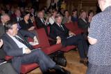 Burgemeester Louis Tobback en Rector Mark Waer zetten stoel klaar voor Zr. Jeanne Devos