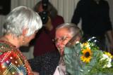Lieve Snellings geeft bloemen van Corinne Kumar en  Indische vrouwen aan Zr. Jeanne Devos