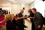 Vrouwen in t Zwart Leuven geeft fotoboek Lieve Snellings als geschenk aan Zr. Jeanne Devos