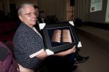 Zr. Jeanne Devos met geschenk