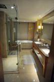 Four Seasons Mumbai - Deluxe Sea View Bathroom