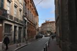Ce nom pittoresque, la rue Perchepinte le doit à la petite place où elle prend naissance: c'était au XIVe siècle la place des Bouchers, mais on l'appelait aussi place du Puits doux, , avant d'en faire au XVe siècle la place de la Perge-pinte., c'est.à.dire de la Perche peinte. Il s'agit vraisemblablement de la perche basculante qui servait à puiser l'eau du, «puits doux ).