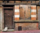 La rue Perchepinte a la chance d'avoir vu restaurer, assez récemment, quatre façades à corondages des Xve ou XVIe siècles, les nos 5, 7, 9 et 13. Un remarquable travail de réhabilitation, qui met en valeur la porte gothique en bois du no 7, où habita le chevalier Raymond de Pechbusque, quatre fois capitoul de Toulouse au xve siècle.