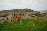 En krigskyrkogård där fienderna ligger sida vid sida beskådades.