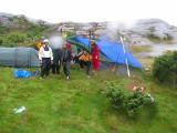 Men vi kom till Jonsborg i ösregn, snabbt upp med ledarpresenningarna.