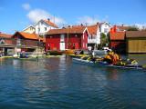 Genom att smyga bakom öar tog vi oss till Gullholmen
