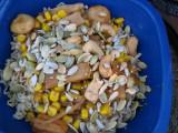 Nudlar med nötter, frön, majs och lök mm.