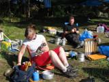 Ewa och Urban njuter av frukost och sol