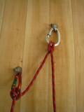 les deux points sont ensuite reliés par la corde et deux noeuds de cabestan sur des mousquetons à vis