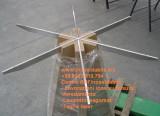 tavolo con base in legno e piatti in acciaio inox satinato
